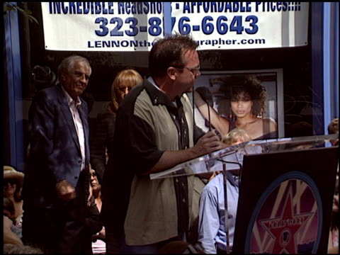 vídeos y material grabado en eventos de stock de tom arnold at the dediction of laverne and shirley's walk of fame star at the hollywood walk of fame in hollywood california on august 12 2004 - tom arnold