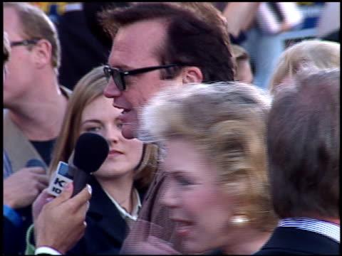 vídeos y material grabado en eventos de stock de tom arnold at the 'mission impossible' premiere on may 20 1996 - tom arnold