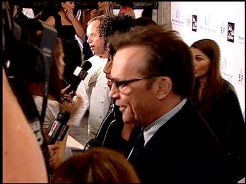 vídeos y material grabado en eventos de stock de tom arnold at the saks 'unforgettable evening' benefiting eif's women's cancer research fund at the beverly wilshire hotel in beverly hills... - tom arnold