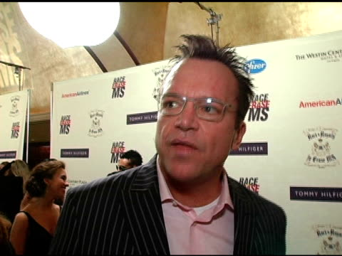 vídeos y material grabado en eventos de stock de tom arnold on the event and doing the auctioning and all the prizes at the 12th annual race to erase ms themed rock and royalty to erase ms at the... - tom arnold