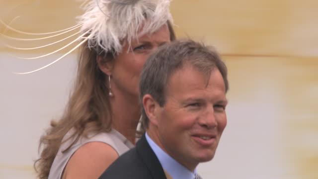 vídeos de stock e filmes b-roll de tom bradby and wife claudia bradby at the royal wedding departures westminster abbey a camera at london england - tom bradby