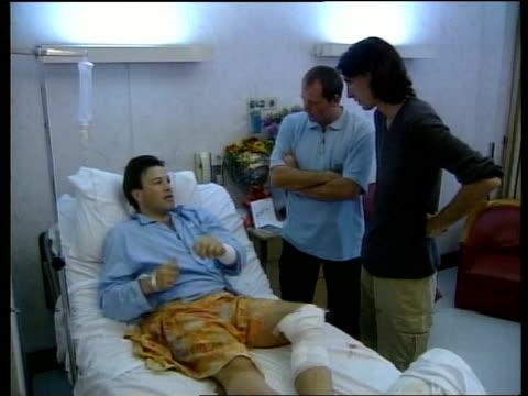 vídeos de stock e filmes b-roll de jakarta injured itn reporter tom bradby laying in hospital bed talking with itn crew bradby bradby talking with crew - tom bradby