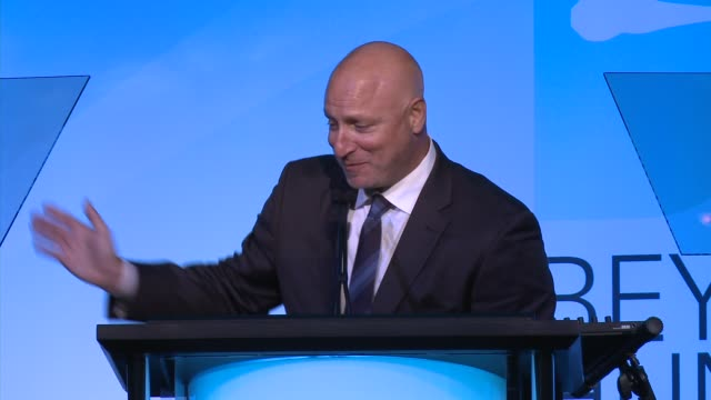 """tom colicchio and lori silverbush's acceptance speech - heifer international hosts 3rd annual beyond hunger: """"a place at the table"""" gala at montage... - モンタージュ・ビバリーヒルズ点の映像素材/bロール"""