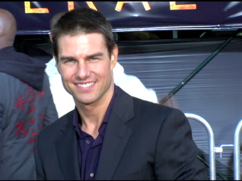 stockvideo's en b-roll-footage met tom cruise at the 'collateral' los angeles premiere at the orpheum theatre in los angeles california on august 2 2004 - tom cruise
