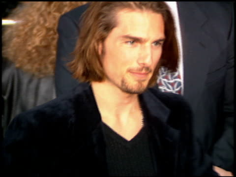tom cruise at the 'interview with the vampire' premiere at the mann village theatre in westwood california on november 9 1994 - 1994 bildbanksvideor och videomaterial från bakom kulisserna