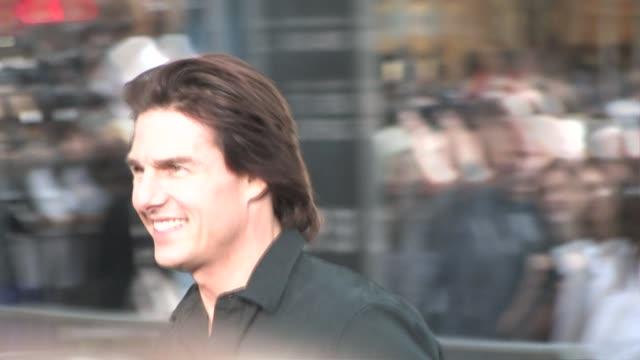 vídeos de stock, filmes e b-roll de tom cruise at the premiere of 'super 8' in westwood on 6/8/2011 - estreia de filme