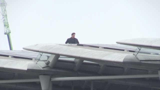tom cruise films stunt running across the top of blackfriars bridge in london the hollywood actor performed the act as part of the production of... - tom cruise stock videos & royalty-free footage