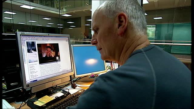 tom cruise in leaked scientology video england london gir int reporter watching tom cruise interview on computer - tom cruise bildbanksvideor och videomaterial från bakom kulisserna