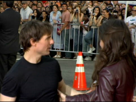 vidéos et rushes de tom cruise kissing katie holmes at the fan screening of 'war of the worlds' at grauman's chinese theatre in hollywood california on june 27 2005 - tom cruise