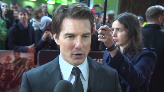 interview tom cruise on his character being fun to play and the dday anniversary at edge of tomorrow uk premiere at bfi imax on may 28 2014 in london... - アロマンシェス点の映像素材/bロール