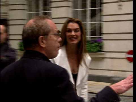 Paramount decision to end production deal DATE ENGLAND London EXT Brooke Shields posing for ohotocall **flash photography**