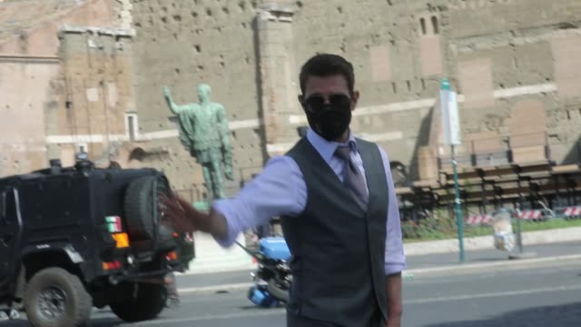 vídeos de stock e filmes b-roll de tom cruise waves at fans during the shooting of mission impossible 7 at via dei fori imperiali on october 13, 2020 in rome, italy. - tom cruise