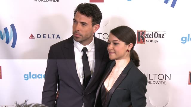 vídeos y material grabado en eventos de stock de tom cullen and tatiana maslany at the 25th annual glaad media awards at the beverly hilton hotel on april 12 2014 in beverly hills california - the beverly hilton hotel