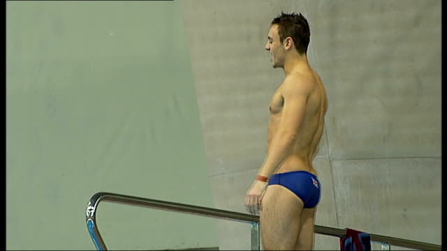 tom daley diving and interview at london aquatics centre daley performing series of training dives from higher diving boards watched by figueiredo - ロンドン ストラトフォード点の映像素材/bロール
