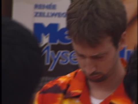tom green at the me, myself & irene premiere at westwood in westwood, ca. - トム グリーン点の映像素材/bロール