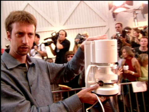 tom green is telling the viewers at home how he is presenting the a coffee maker as the award for best onscreen duo. - トム グリーン点の映像素材/bロール