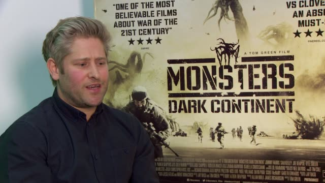 tom green on inspiring films, working with johnny harris, staying in character, working with us marines at 'misfits and monsters: dark continent' on... - トム グリーン点の映像素材/bロール