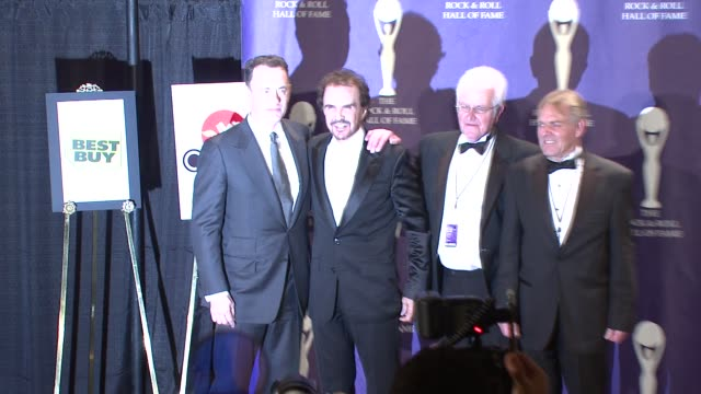 vídeos y material grabado en eventos de stock de tom hanks and the dave clark five at the 23rd annual rock and roll hall of fame induction ceremony press room at the waldorf astoria in new york new... - tom hanks