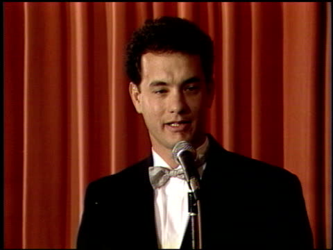 stockvideo's en b-roll-footage met tom hanks at the 1989 golden globe awards at the beverly hilton in beverly hills california on january 28 1989 - tom hanks