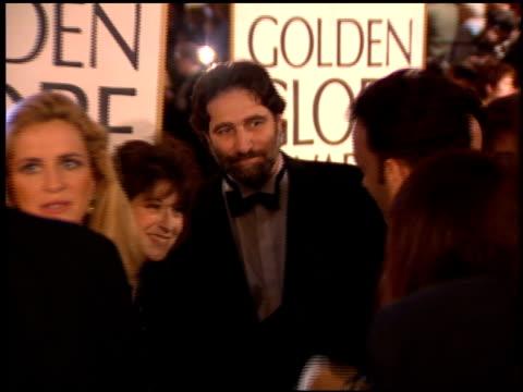 vídeos y material grabado en eventos de stock de tom hanks at the 1995 golden globe awards at the beverly hilton in beverly hills california on january 21 1995 - tom hanks
