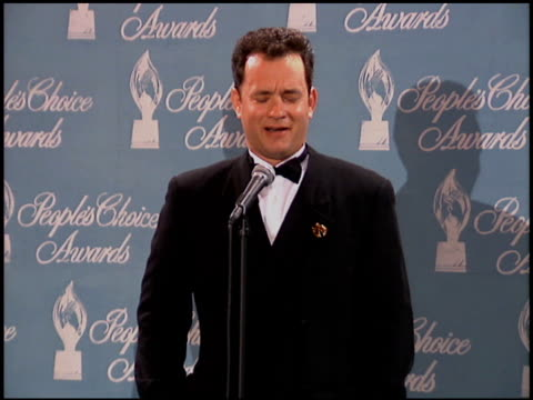 stockvideo's en b-roll-footage met tom hanks at the 1996 people's choice awards at universal studios in universal city, california on march 10, 1996. - people's choice awards