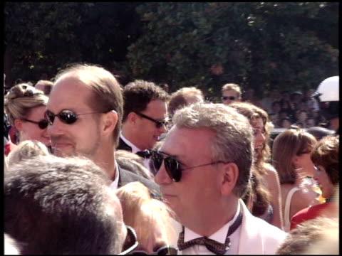 vídeos y material grabado en eventos de stock de tom hanks at the 1998 emmy awards entrances at the shrine auditorium in los angeles california on september 13 1998 - tom hanks