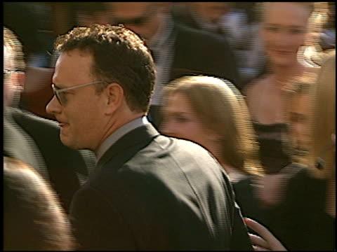 vídeos y material grabado en eventos de stock de tom hanks at the 2002 emmy awards at the shrine auditorium in los angeles california on september 22 2002 - tom hanks