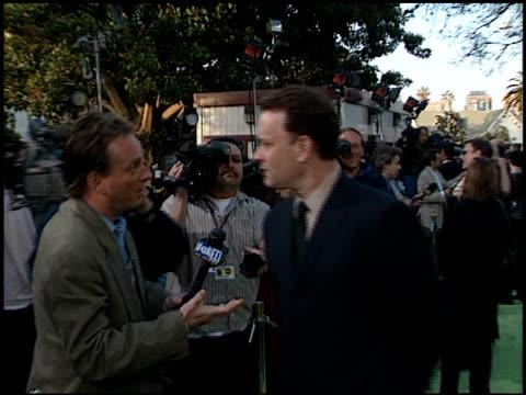 vídeos y material grabado en eventos de stock de tom hanks at the 'earth to la' premiere at wadsworth theatre in los angeles california on may 10 2002 - tom hanks