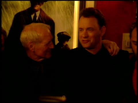 vídeos y material grabado en eventos de stock de tom hanks at the 'road to perdition' new york premiere on july 9 2002 - tom hanks