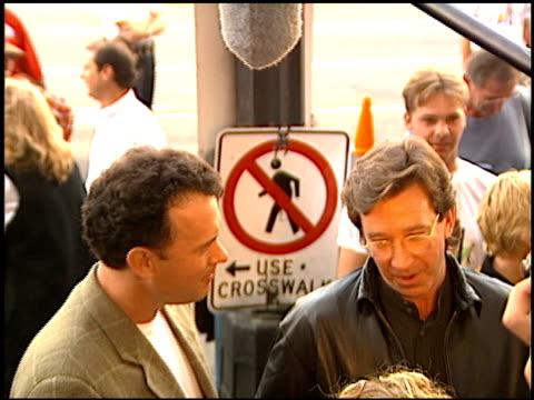 vídeos y material grabado en eventos de stock de tom hanks at the 'toy story' premiere at the el capitan theatre in hollywood california on november 19 1995 - tom hanks