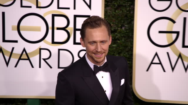 tom hiddleston at 74th annual golden globe awards arrivals at 74th annual golden globe awards arrivals at the beverly hilton hotel on january 08 2017... - ビバリーヒルトンホテル点の映像素材/bロール