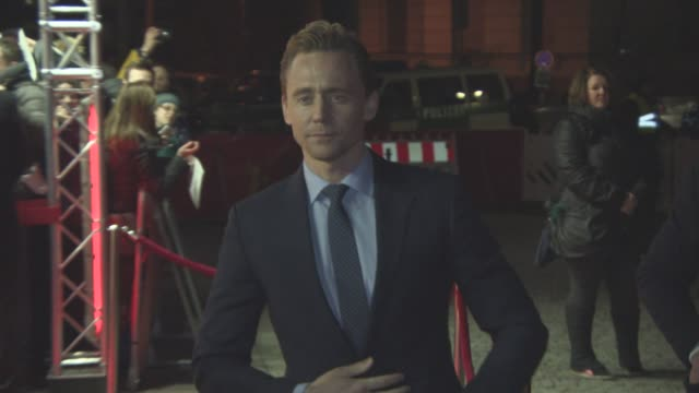 stockvideo's en b-roll-footage met tom hiddleston at 'the night manager' red carpet 66th berlin international film festival at on february 18 2016 in berlin germany - internationaal filmfestival van berlijn 2016