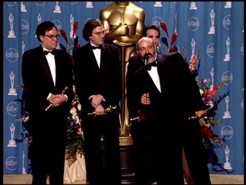 vídeos de stock e filmes b-roll de tom johnson at the 1998 academy awards at the shrine auditorium in los angeles california on march 23 1998 - 70.ª edição da cerimónia dos óscares