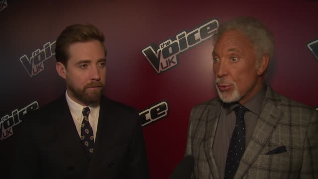 vídeos y material grabado en eventos de stock de tom jones and ricky wilson on being judges, other talent shows and contestants at the voice uk launch on 5th january 2015 in london, england. - concurso television