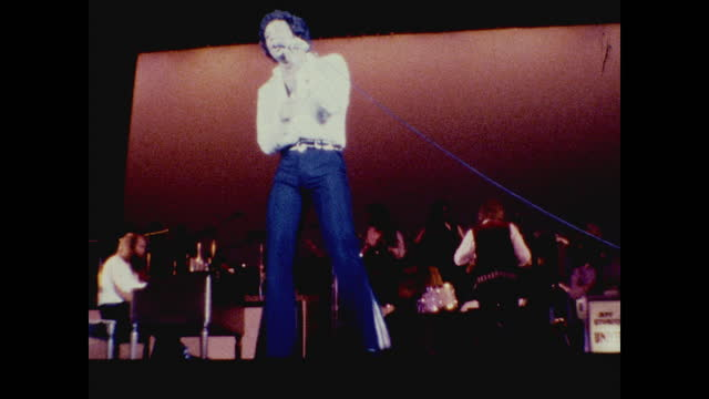 tom jones dancing on the stage while singing at the long beach amphitheater; band playing music in the background - typisch walisisch stock-videos und b-roll-filmmaterial