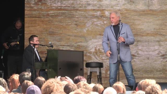 tom jones & jools holland at tate modern on june 13, 2013 in london, england - jools holland stock-videos und b-roll-filmmaterial