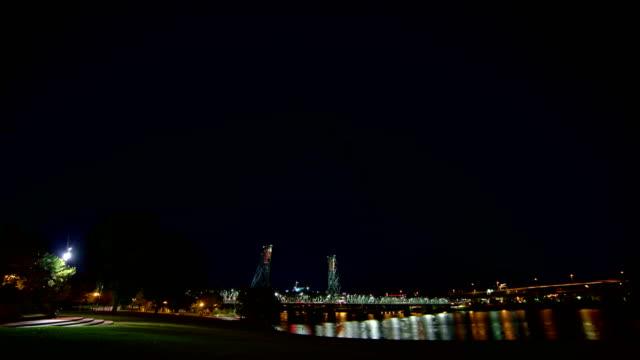 vídeos de stock e filmes b-roll de tom mccall waterfront park and hawthorne bridge portland oregon night time lapse - rio willamete