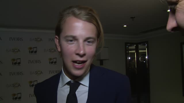 vídeos y material grabado en eventos de stock de interview tom odell on his winning and recognition at the ivor novello awards 2014 at the grosvenor house hotel on may 22 2014 in london england - hotel grosvenor house londres