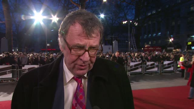 tom wilkinson on the films premise at the duplicity premiere at london . - トム ウィルキンソン点の映像素材/bロール