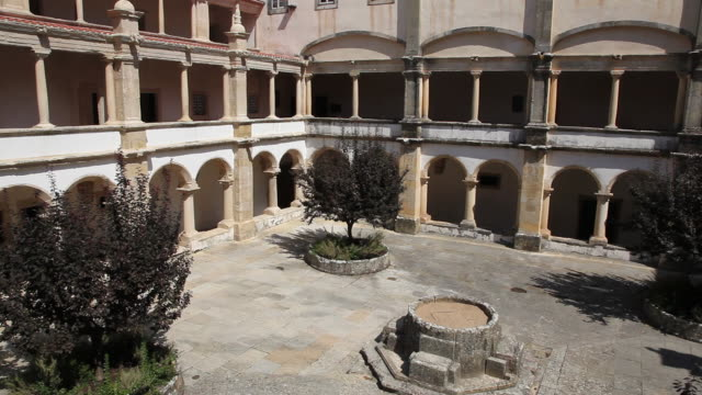 stockvideo's en b-roll-footage met tomar, convent of the order of christ (convento de cristo), hosterly cloister, built in 1541-1542 - rond de 15e eeuw