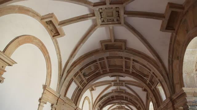 stockvideo's en b-roll-footage met tomar, convent of the order of christ (convento de cristo), main cloister, 1530-33 begun by joao de castilho - boog architectonisch element