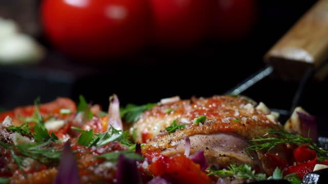 vídeos y material grabado en eventos de stock de tomate a la parrilla de pollo - muslo de pollo carne