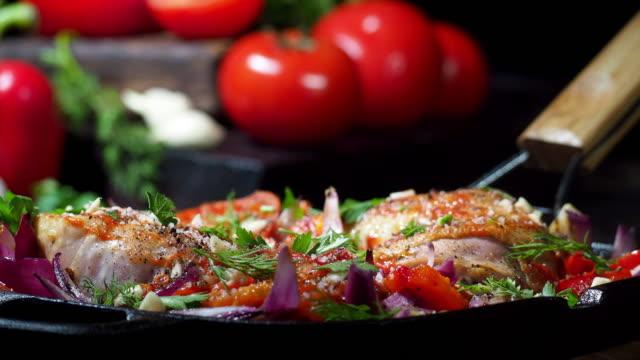 vídeos y material grabado en eventos de stock de tomate a la parrilla de pollo - al horno