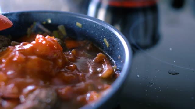 ミートボールトマトソースがけや - セレクティブフォーカス点の映像素材/bロール