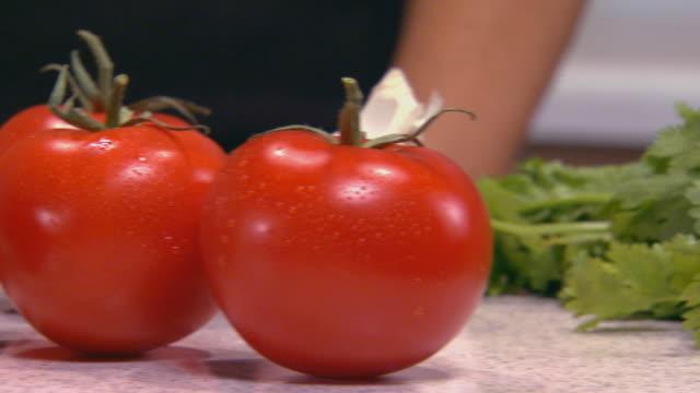 vidéos et rushes de tomatoes and cilantro on counter - groupe moyen d'objets