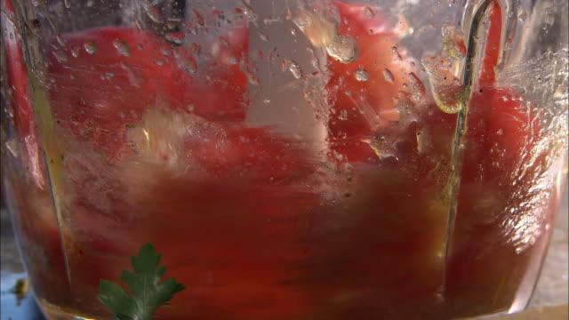 vídeos y material grabado en eventos de stock de tomatoes and seasoning mixed in blender - menos de diez segundos