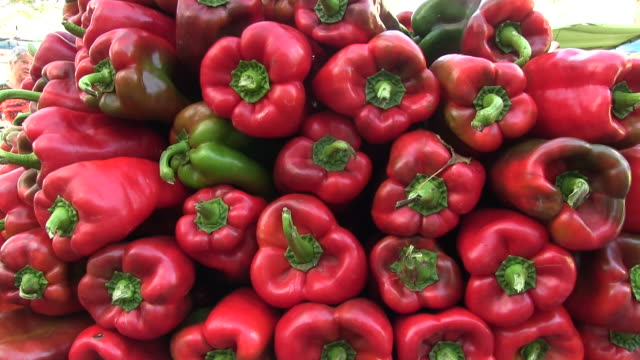 ms tomatoes at market in pollenca / mallorca, balearic islands, spain - red bell pepper stock videos & royalty-free footage