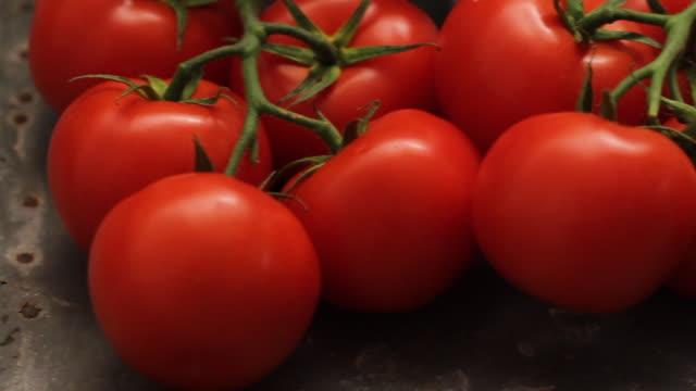 cu pan tomatoes on metal background / london, uk - 豊富点の映像素材/bロール