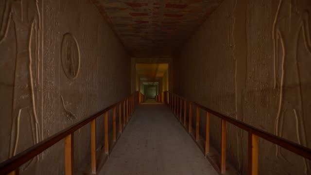 stockvideo's en b-roll-footage met graf met oude muurschilderingen in het oude egypte (luxor). het graf van sety ii - graven