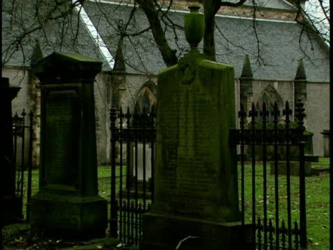 vídeos de stock, filmes e b-roll de ms, tombs on greyfriars kirkyard, church in background edinburgh, scotland - 17th century style